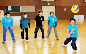 レシーブ練習をするダイナスターズの選手=福井市ちもり体育館