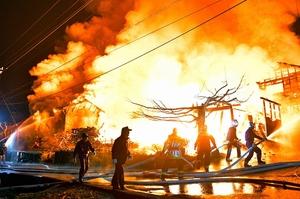 激しく炎を上げて燃える建物=4月3日午後11時ごろ、福井県福井市東俣町