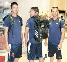プロで活躍する敦賀気比OBから届いたTシャツや短パン、リュックを身につける敦賀気比の選手たち=大阪市内