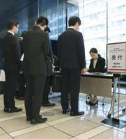 大手企業の採用面接に並ぶ学生たち=6月1日、東京都内