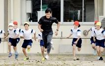 陸上選手から短距離走のコツ学ぶ