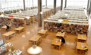 小中高校生の利用が少なく、閑散としている館内=1日、福井市の県立図書館