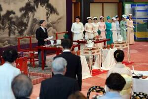 大饗の儀であいさつされる天皇陛下=16日午後、宮殿・豊明殿(代表撮影)