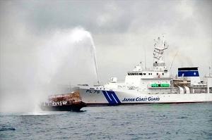 北朝鮮籍とみられる船に放水する海上保安庁の巡視船=7月下旬(同庁提供)
