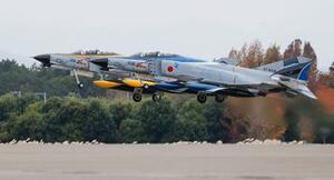 航空自衛隊百里基地から離陸するF4戦闘機=20日午前、茨城県小美玉市