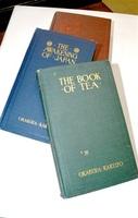 岡倉天心の著書「茶の本」の初版本。奥の2冊は他の代表作「日本の覚醒」と「東洋の理想」=福井市の福井県立美術館