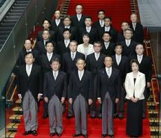 菅義偉首相(前列中央)と閣僚ら=9月16日、首相官邸