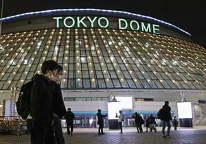 「Perfume」の公演が中止となった東京ドーム=26日夜、東京都文京区