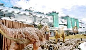 恐竜の動くモニュメントが観光客らを出迎えるJR福井駅=福井市中央1丁目