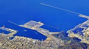 太平洋側港湾が被災した際の代替輸送ルート確保のため、トヨタ自動車が実証試験を計画する敦賀港=2016年11月、福井県敦賀市上空