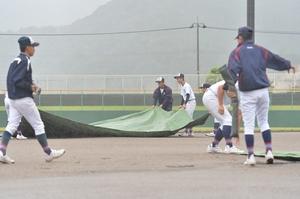 雨が降ったりやんだりの敦賀市総合運動公園野球場。試合開始に向けて準備を進めている=18日、福井県敦賀市