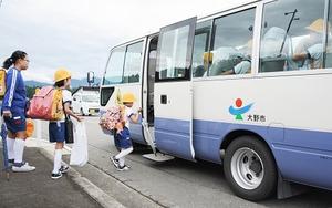 2012年に統合された富田小へスクールバスに乗って登校する旧蕨生小校区の児童。再編計画案では、スクールバスを弾力的に運行するとしている=福井県大野市蕨生