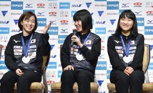 卓球の世界選手権団体戦から帰国し、記者会見する(左から)石川佳純、平野美宇、伊藤美誠=8日、千葉県成田市