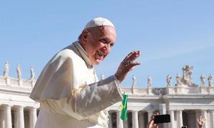 12日、バチカンのサンピエトロ広場で手を振るローマ法王フランシスコ(ロイター=共同)
