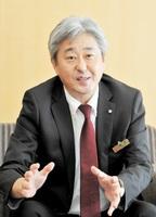 来社した西尾忠男日航執行役員=29日、福井新聞社