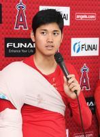 五輪2連覇を達成した羽生結弦選手などについて、質問に答えるエンゼルスの大谷翔平選手=17日、米アリゾナ州テンピ(共同)