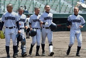 7―0で福井高専に勝利し笑顔を見せる金津ナイン=福井県営球場
