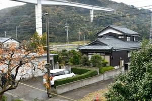 遺体が見つかった民家=11月17日午前8時40分ごろ、福井県敦賀市