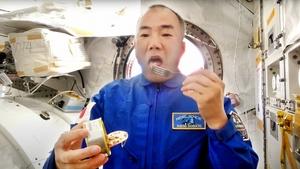 「おいしい。福井の高校生の皆さん、ありがとう」―。11月27日、国際宇宙ステーションから、若狭高が開発した宇宙食「サバ醤油味付け缶詰」の食リポを発信する宇宙飛行士の野口聡一さん(動画投稿サイトユーチューブの画像)