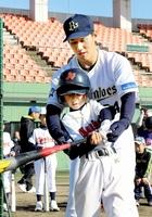少年野球教室で打撃を教えるオリックスの吉田正尚選手=3日、福井市の福井フェニックススタジアム