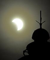 越前岬灯台の上空で観測された部分日食=6月21日午後5時8分、福井県越前町血ケ平(減光フィルター使用)