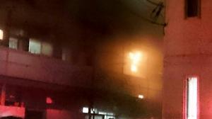 炎を上げて燃える室内=4月16日午後10時40分ごろ、福井県福井市北四ツ居町