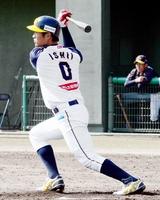 福井―富山 3回福井2死二塁、左中間へ適時二塁打を放つ石井建斗=福井フェニックススタジアム