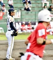 信濃―福井 五回信濃2死三塁、大平(右)に逆転打を浴びる輝=中野市営野球場