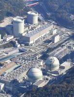 4つの発電所が並ぶ高浜原発。手前が3,4号機。奧が1,2号機=福井県高浜町