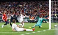 サッカー、イングランド競り勝つ