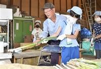 ネギ収穫、皮むきできた 勝山・荒土小児童農家訪ね体験 みんなで読もう