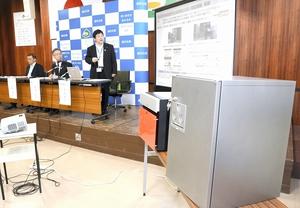 橋本達也市長(中)らが出席した宅配ボックス実証実験の報告会=8日、福井県あわら市役所