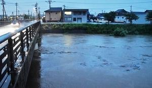 大雨で増水した浅水川=7月5日午後7時20分ごろ、福井県鯖江市米岡町