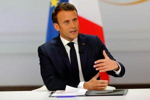 25日、パリの大統領府で記者会見するマクロン大統領(AP=共同)