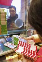 年末ジャンボ宝くじを買う男性=2017年11月27日、東京・銀座の西銀座チャンスセンター