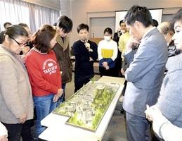 模型の前でコンセプトを語る小堀哲夫氏(中央)=1月22日、福井県あわら市の芦原温泉旅館会館