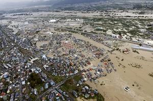 台風19号による千曲川の氾濫で浸水した長野県長野市のJR豊野駅周辺=10月