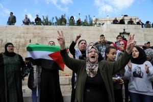トランプ米政権への抗議デモで叫ぶパレスチナ人ら=7日、エルサレム旧市街(ロイター=共同)