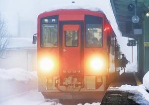 運行を再開したJR越美北線=20日午前6時40分ごろ、福井県大野市の越前大野駅
