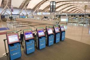 運用再開を待つ、関西空港第1ターミナル北側の国際線出発エリア=20日午後