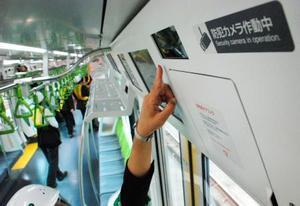 JR山手線の車両内に設置された防犯カメラ=17日午前、東京都品川区