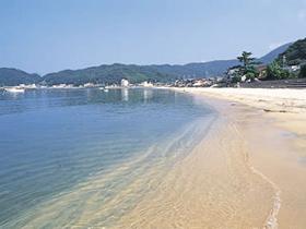 昔ながらの漁村の面影が残る素朴な海水浴場