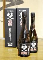 高品質の純米大吟醸酒の酒かすを使って商品化した「梵 焼酎」=鯖江市吉江町の加藤吉平商店