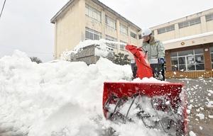 福井市の湊小学校で急ピッチで進められている除雪作業=1月13日午後1時20分ごろ、福井市学園1丁目