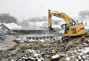 コンクリートブロック(中央)が設置され、整備が進むカヌーフリースタイルの競技場=12月16日、福井県永平寺町市荒川