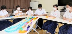 医療従事者に感謝を伝えるため、福井市内の小中学生で折り鶴をつくり一列につなげる取り組みを発案した明道中学校生徒会の執行部=7月21日、福井県福井市の同校