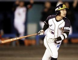 信濃―福井 九回福井2死一塁、西和哉が勝ち越しの2点本塁打を放ち3-1とする=長野県営球場
