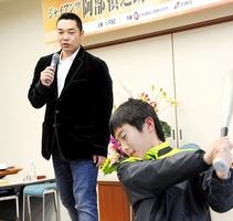 参加した子どもに素振りを指導する阿部慎之助選手(左)=12日、福井市の福井放送