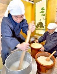 伝統「糊炊き」粘り強く 福井の表具店 大寒合わせ仕込み