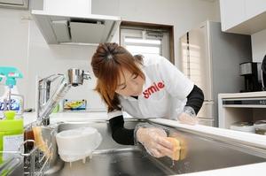 手際よく台所を掃除する家事代行サービスのスタッフ=福井市内